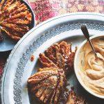 BAZAAR: vegetarische sjalotbloemen met paprikadip