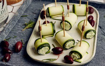 Borreltijd: courgetterolletjes met feta, rozemarijn & olijvenspread
