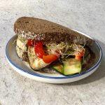 Vegetarische lunch: boterhammen met gegrilde groenten en hummus