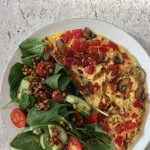 Vegetarische lunch: groenteomelet met frisse salade