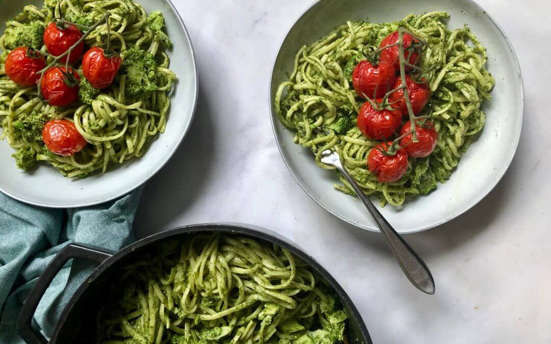 Linguine met broccoli-pestosaus en ovengedroogde Red Delisher tomaten
