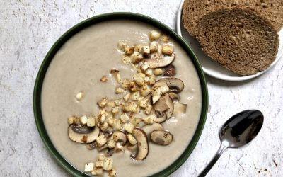 Vegetarische lunch: knolselderij-champignonsoep met brood