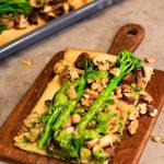 BIMI® BATTLE: Plaattaart met Bimi® broccoli, paddenstoelen en rucola-walnotenpesto