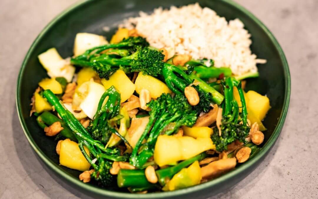BIMI® BATTLE: Aziatische wok met vega kipstukjes, Bimi® broccoli, paksoi, mango en pinda's + WINACTIE