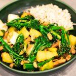 BIMI® BATTLE: Aziatische wok met vega kipstukjes, Bimi® broccoli, paksoi, mango en pinda's