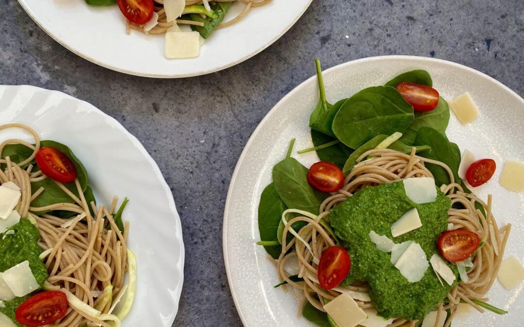 Vega budget: spaghetti en courgetti met spinazie-avocado saus