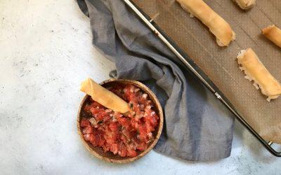 VEGAN Kerstmenu: filodeeg sigaartjes met tomatensalsa