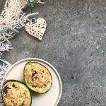 VEGAN Kerstmenu: gevulde avocado met vegan 'tonijnsalade'