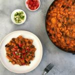 Vegan budget: zoete aardappel stoofpot met zwarte bonen en pindakaas