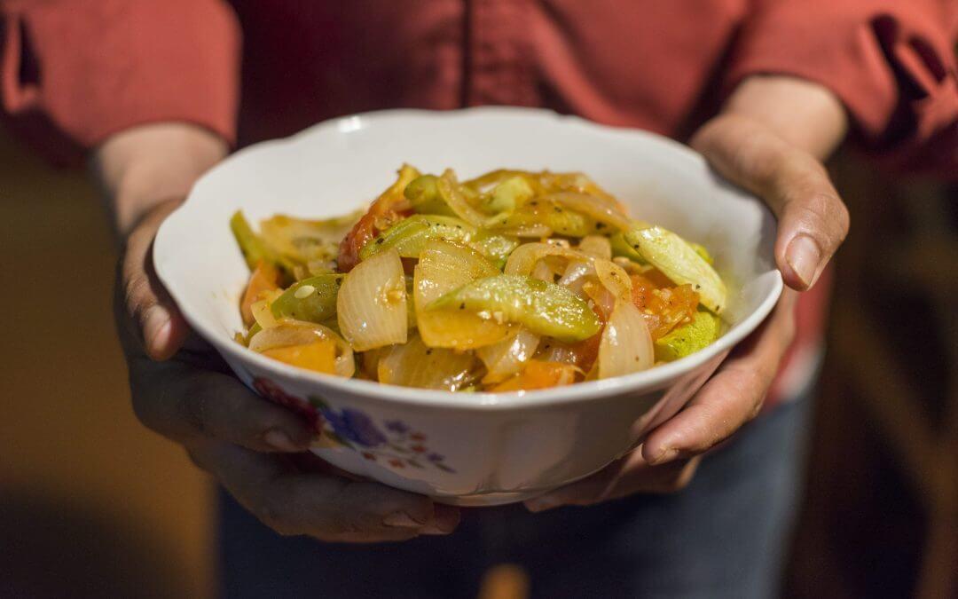De Cambodjaanse keuken: geroerbakte komkommer en tomaat