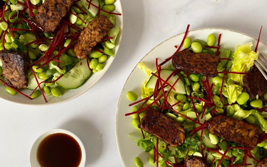 Oosterse salade met sojabonen en gemarineerde tempeh