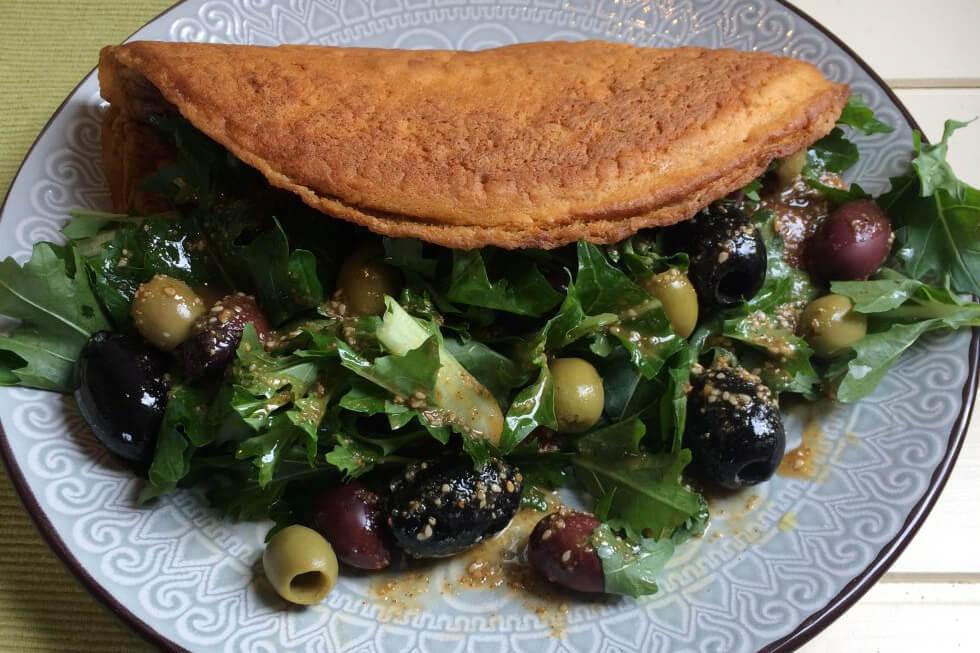 Vegan omelet met harissa, raapstelen en olijven