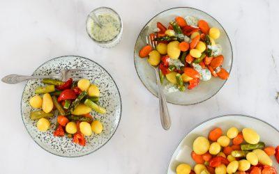Snelle plantaardige traybake met yoghurt-muntdressing