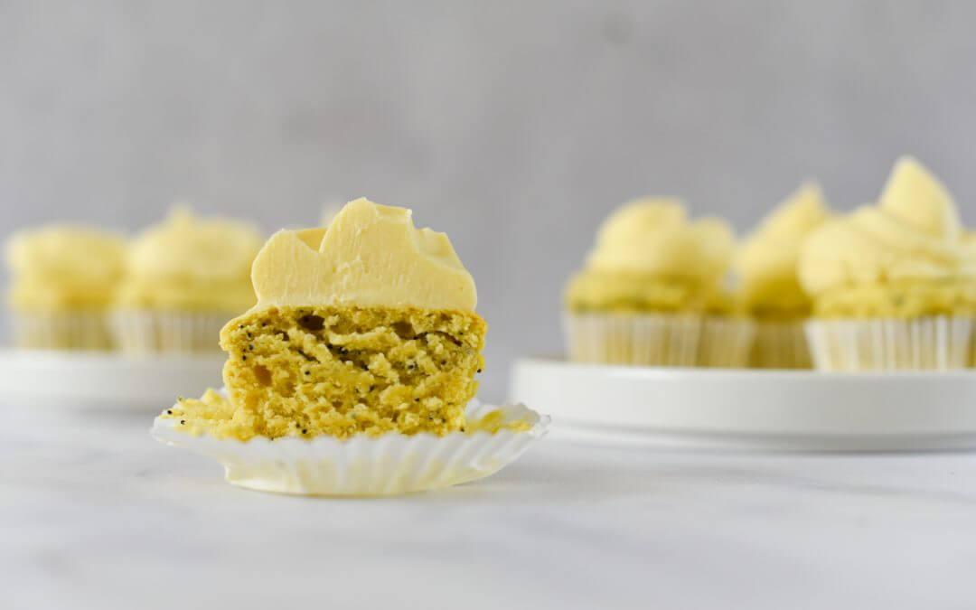 Plantaardige citroen-maanzaad cupcakes met botercrème