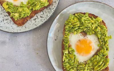 Moederdag ontbijt: hartjes avocadotoast met ei