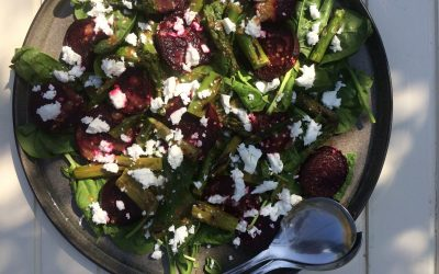 Bietensalade met groene asperges en tahindressing