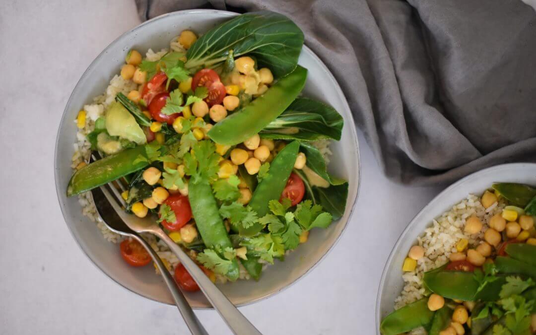Zomerse groene curry met seizoensgroenten en halfvolkoren rijst