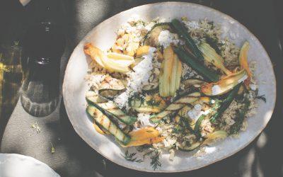 Salad days: citroenige gegrilde courgette met orzo en romige sumakdressing