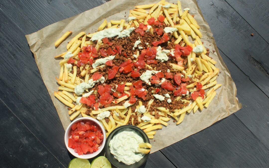 Vaderdag recept: loaded fries met 'gehakt', avocado roomsaus en salsa
