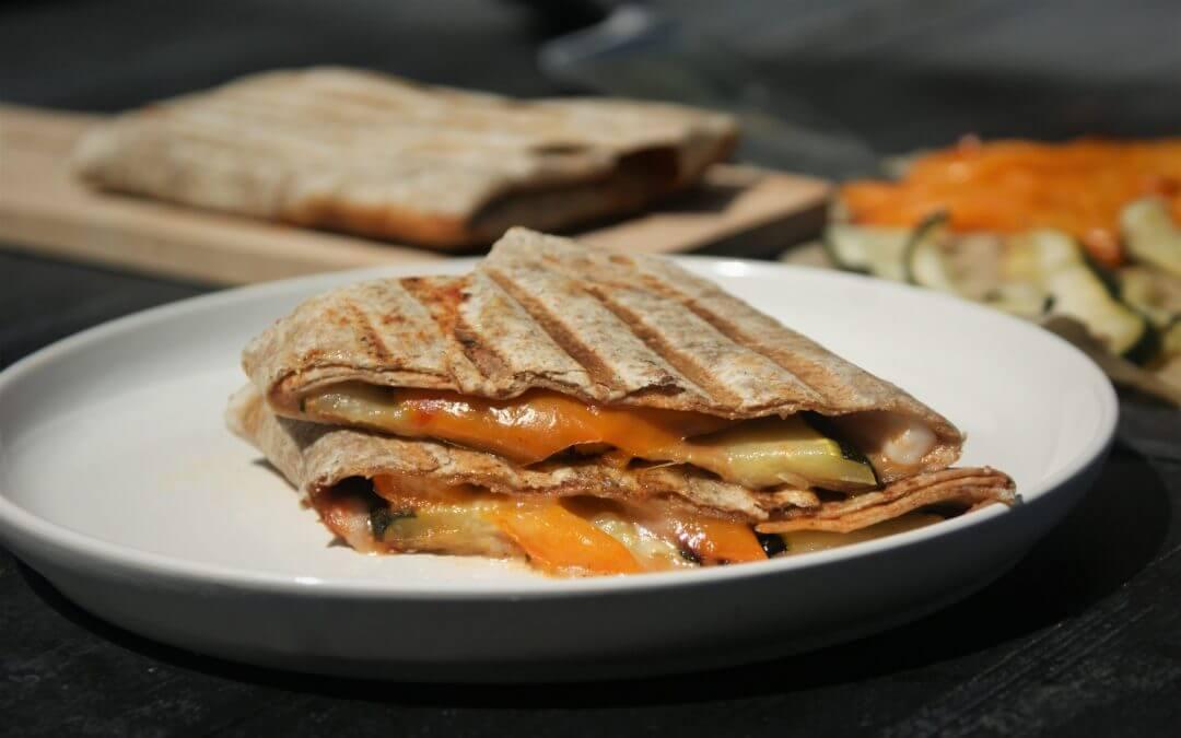 Vegan budget: gegrilde wrap met courgette, oranje paprika en Violife