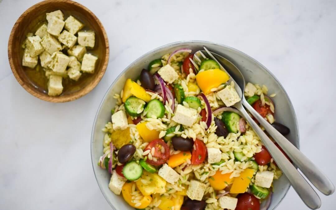 Snelle Griekse salade met plantaardige kaasblokjes