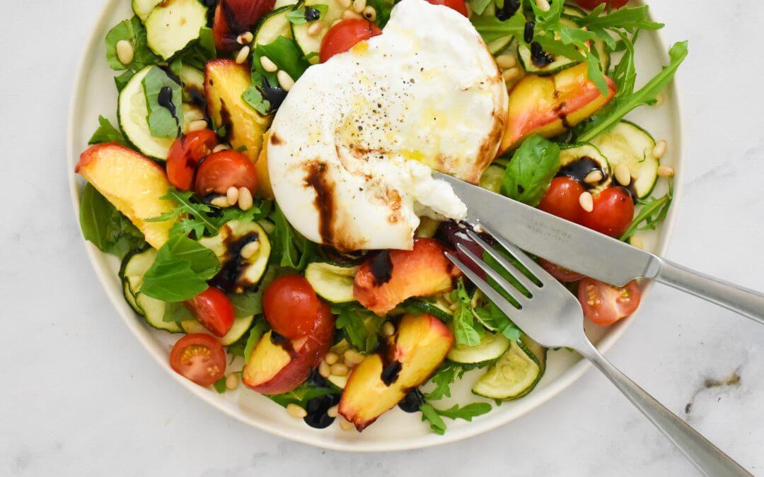 Snelle Italiaanse salade met gegrilde perzik, burrata en citrusdressing