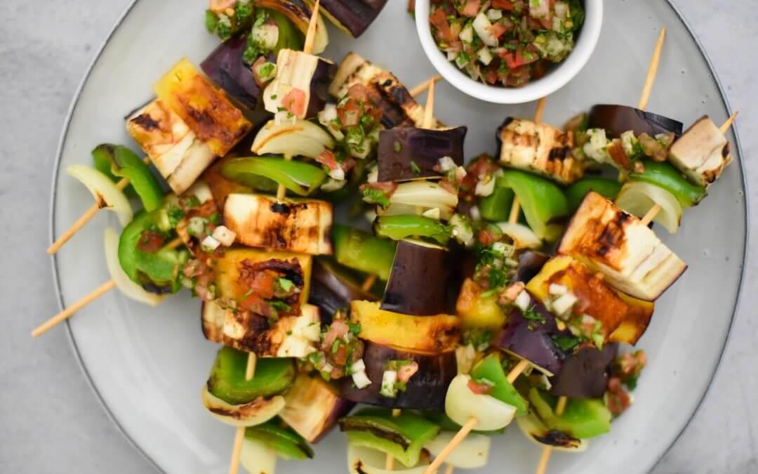 Mexicaanse auberginespiesjes van de barbecue met salsa