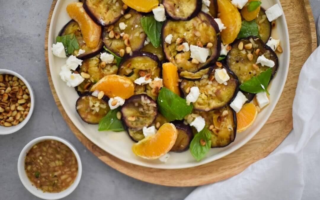 Salade van gegrilde aubergine met sinaasappel-tijmmarinade