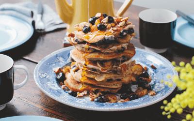 Modern vegetarisch: bananenpannenkoekjes met bosbessen en pecannoten