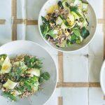 Puur en makkelijk: courgette-farrosalade met geroosterde hazelnoten