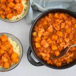 Vegan harissa stoofschotel met pompoen en linzen