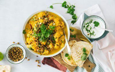 Gele curry van bloemkool met geroosterde kikkererwten