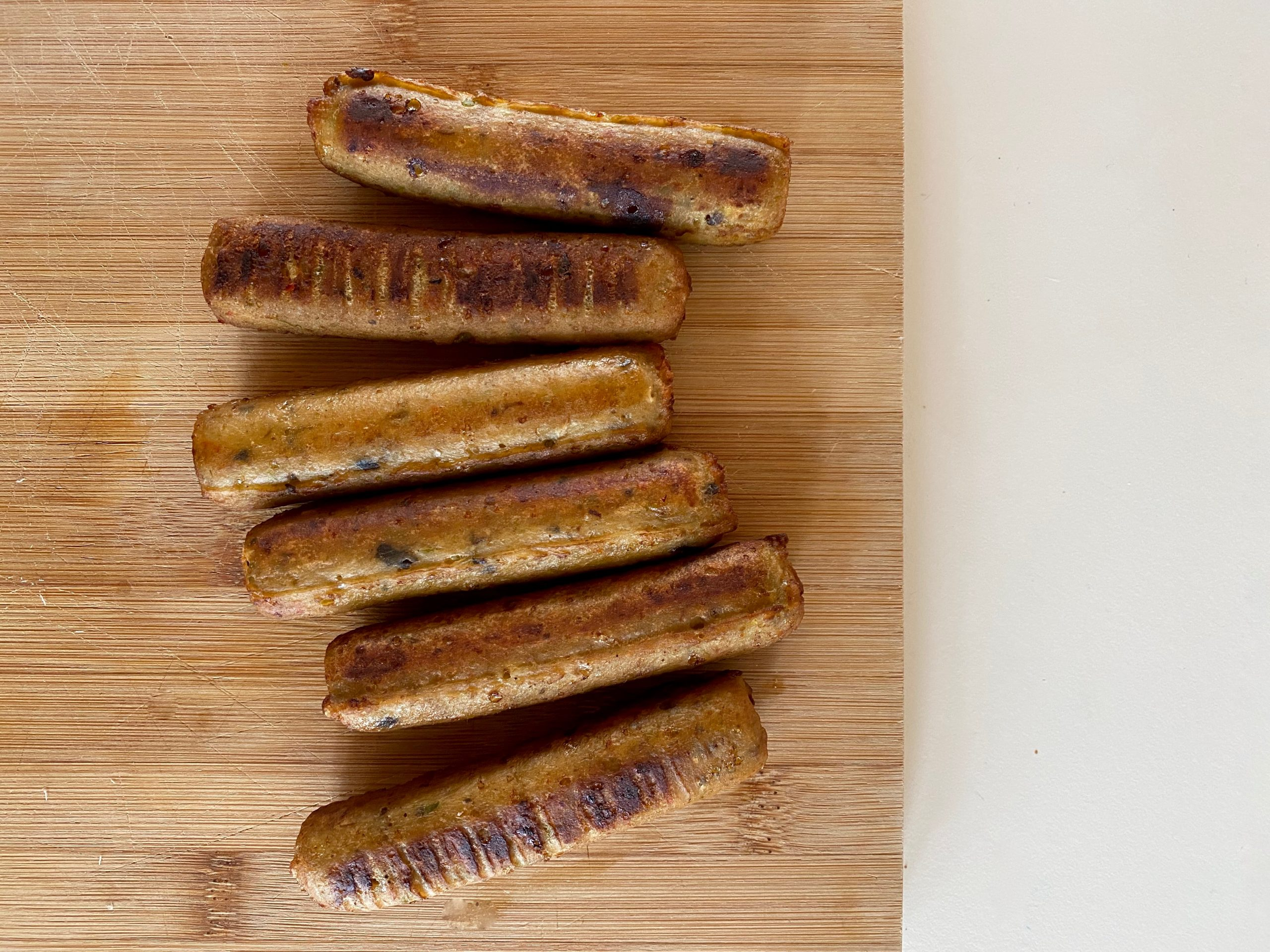 Vleesvervanger getest: Vedgy kitchen's frikandel en crispy asparagus burger