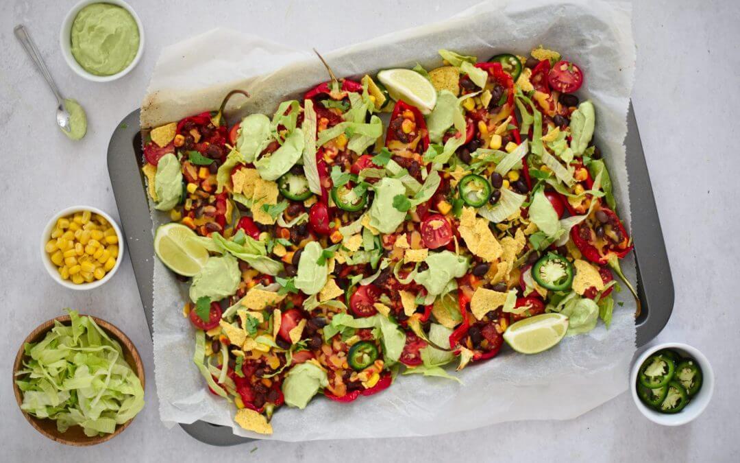 Nachoschotel van gevulde rode puntpaprika's met avocadosaus