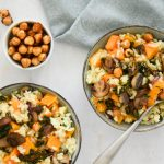 Vegan pompoenrisotto met gebakken paddenstoelen, rode ui en geroosterde hazelnoten