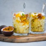 Vegan Eton Mess met mango, hazelnotencrumble en passievrucht