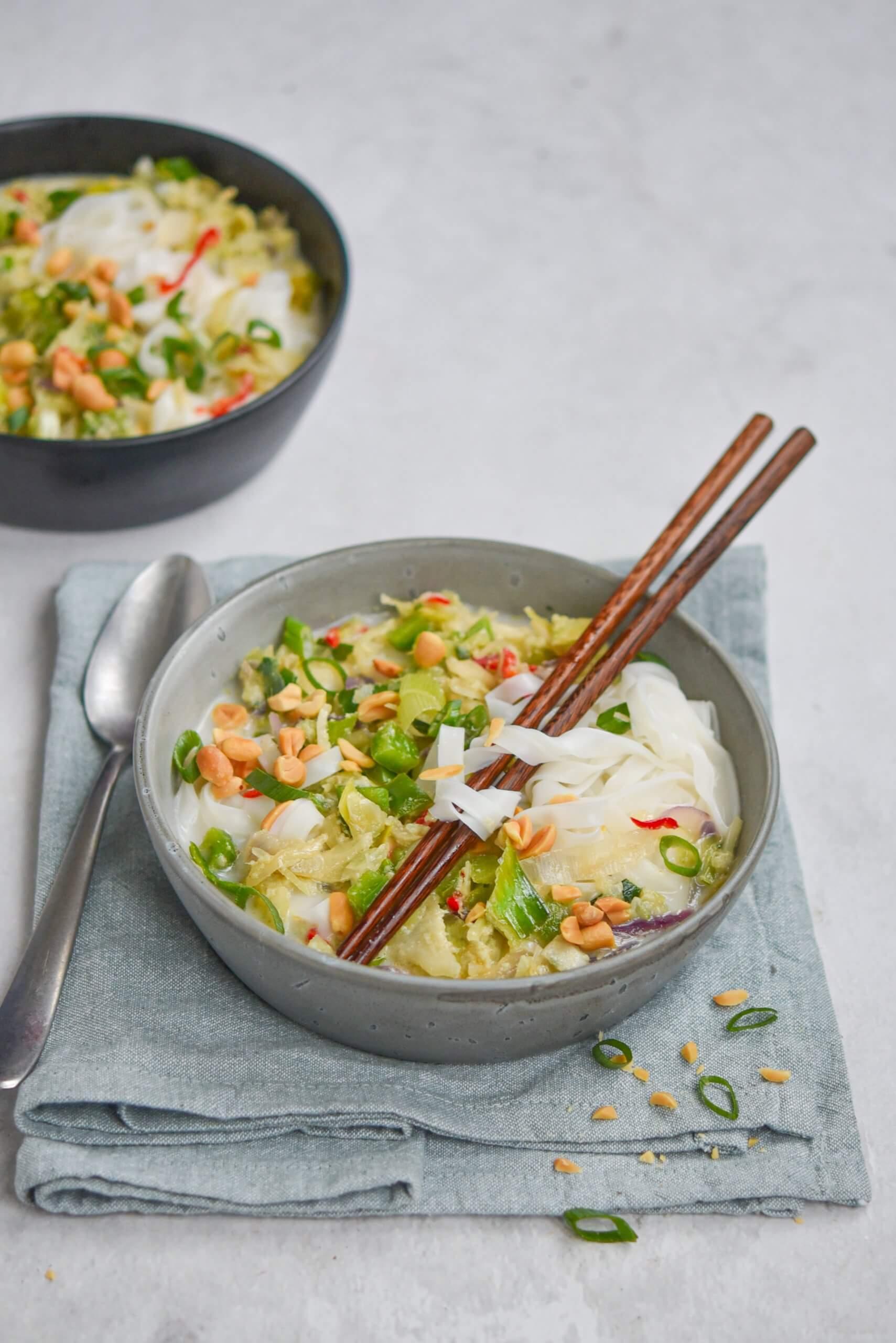 Noedelsoep met Thaise wokgroente en geroosterde pinda's - staand