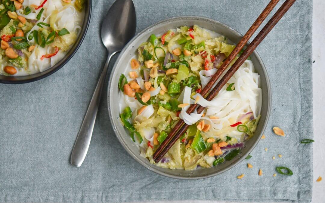 Noedelsoep met Thaise wokgroente en geroosterde pinda's