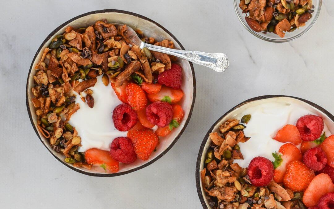 Koolhydraatarme granola met kokosyoghurt en rood fruit