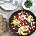 Shakshuka met feta, avocado & zuurdesembrood