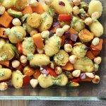 Ovengroente met gebakken gnocchi, hazelnoten en basilicumdressing