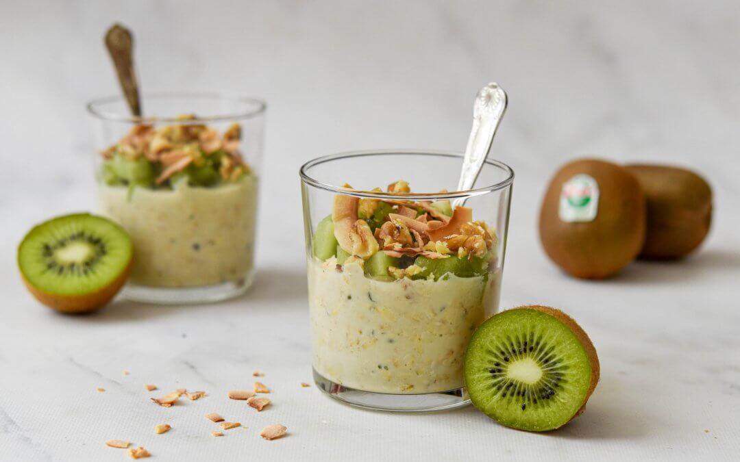 Romige overnight oats met groene kiwi