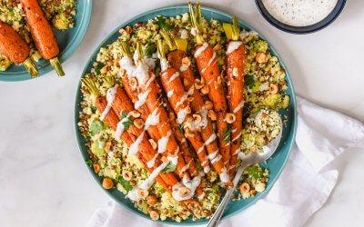 Couscoussalade met linzen, avocado, Harissa-wortels en vegan za'atar yoghurt