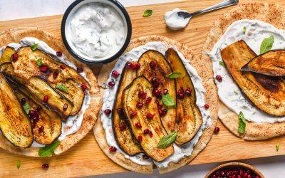Flatbreads met vegan muntyoghurt, geroosterde aubergine en granaatappelpitjes