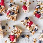 Vegan frozen 'yoghurt' breakfast bars met granola en rood fruit