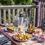 Een flinke vegan lunch met clubsandwiches, salade en een zoete traktatie!