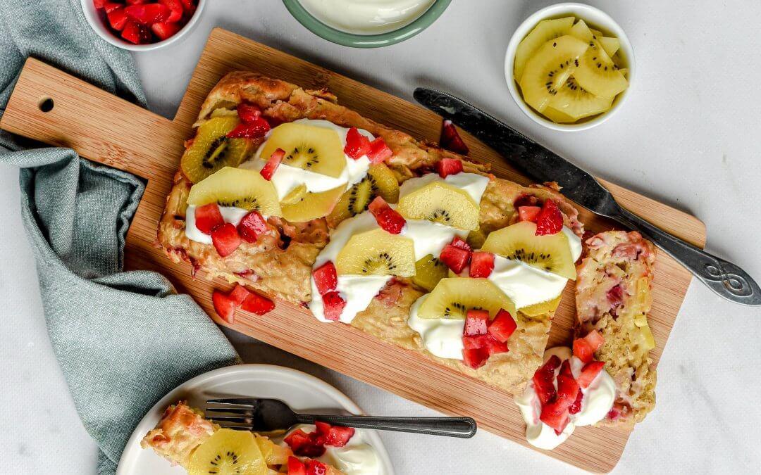 Yoghurt-kiwi ontbijtcake met aardbeien