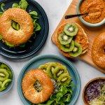 Sesambagel met pittige witte bonen dip, groene kiwi en groentekiemen