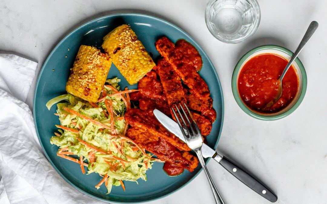 Tempeh ribs met zelfgemaakte barbecuesaus, gegrilde maïskolven en koolsla