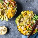 Pokébowl met komkommer, mango, omeletreepjes en sesamdressing